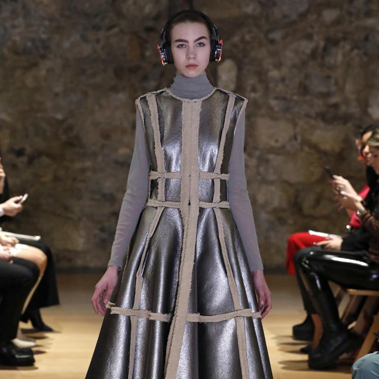 Pilar Dalbat cumple 20 años como marca en un desfile que actualiza prendas clásicas de la firma