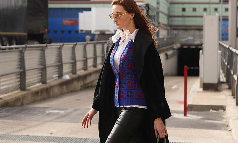 Visto en Fashion Week Madrid: bolsos de colores que reinventan tus looks preferidos
