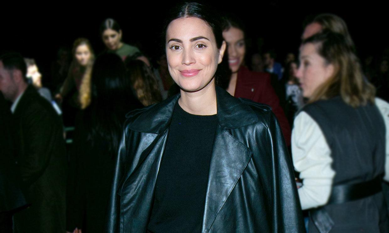 Vaqueros anchos y gabardina de cuero: el look más roquero de Alessandra de Osma en la Fashion Week