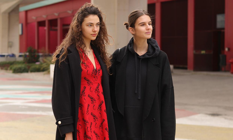 Abrigos largos, vaqueros anchos y botas negras: así visten las modelos fuera de la pasarela